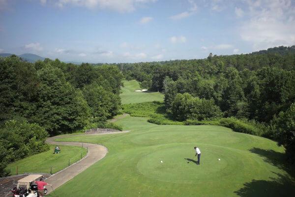 https://www.brasstownvalley.com/wp-content/uploads/2014/09/brasstown-valley-golf-arial-tee2.jpg